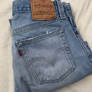 Fina Levis jeans i begagnat skick. Finns en liten fläck på vänstra benet som syns på bild! Samt att jeansen är lite slitna i slutet på benen.  Mått på jeansen på golvet: beninnerlängd: 74 cm. Midjemått från sida till sida: 37 cm Bud från 150 kr 😇 Budstopp sätts efter första budet! 💕