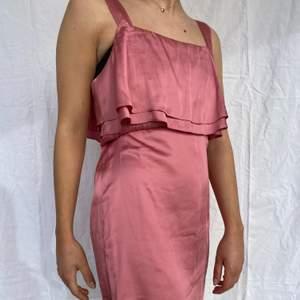 Rosa sidenklänning som är så fin men tyvärr för liten på mig! Det är en 36a ifrån HM i finaste rosa färgen som är så smickrande på alla hudtoner! Bara att höra av dig vid frågor🎀
