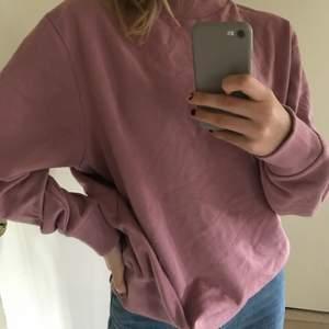 Rosa/lila sweatshirt köpt från Asos i storlek S men skulle säga att den passar från XS-L. Använd 1 gång. Sista bilden ger färgen rättvisa💕