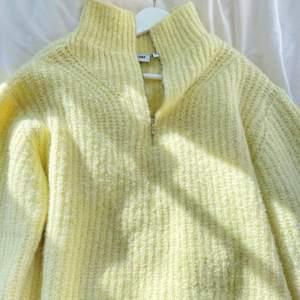 Gul stickad tröja med en halvdragkedja från Weekday! Superfint skick, frakt tillkommer🤍🤍 (Orginalpriset = 500kr)