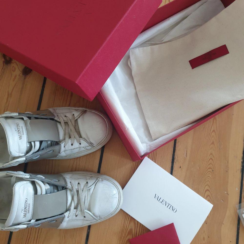 Säljer mina valentino rockstud skor i light grey. Välanvända men felfria och i fortsatt bra skick🥰 går såkert att rusta upp lite! strl 39 men passar även 40. Kvitto, box etc finns. Högsta bud; 3000!! Köpr direkt för 3500. Skor.