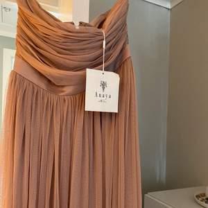 Gör en intressekoll på denna drömmiga balklänningen som är så himla fin! Kameran gör inte riktigt färgen på klänningen rätta, den är något mer rosa i verkligheten. Kan skicka mer bilder om det önskas, skriv om ni är intresserade 💗💗