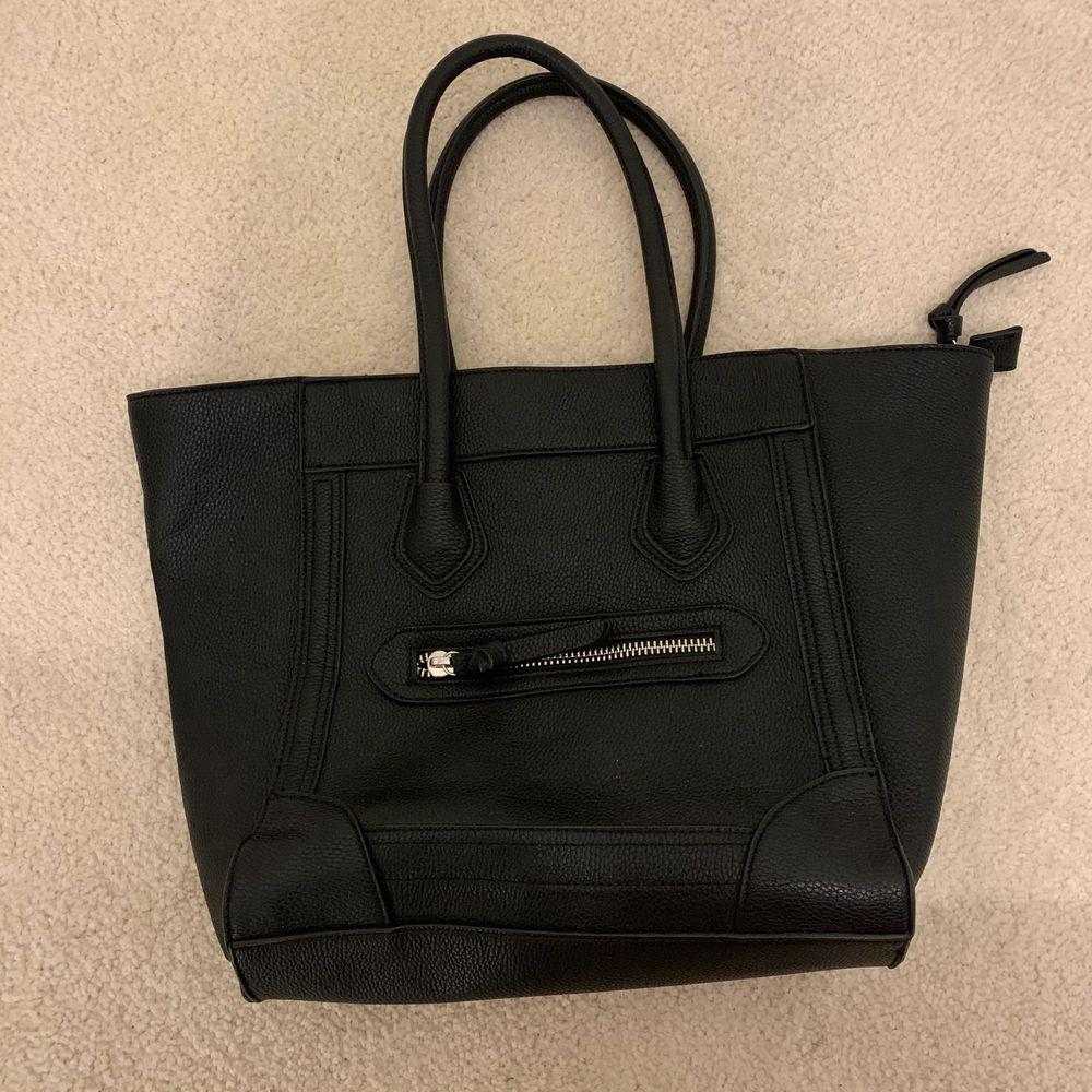 Säljer min svarta handväska från Åhléns. Använd endast ett par gånger och är i fint skick. Väskor.