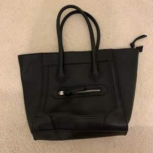 Säljer min svarta handväska från Åhléns. Använd endast ett par gånger och är i fint skick