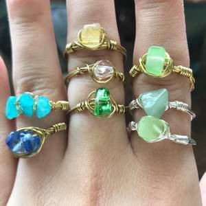 Handgjorda ädelsten/kristall ringar som görs utefter dina mått med valfri Sten och färg på tråd☺️💗 bara 20kr styck✨🦋 skriv för bilder på alla stenarna🌸🌸