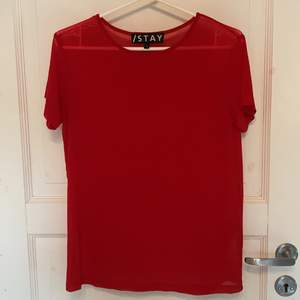 Röd genomskinlig tshirt från carlings, knappt använd. Funkar bra att ha som tshirt eller som en tröja över en annan top.