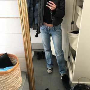 Säljer dessa lågmidjade jeans från pepe jeans. Passar mig som har 36 i jeans och är 167 cm lång. Buda i kommentarerna!
