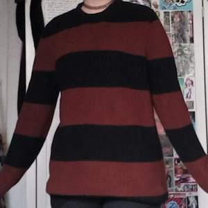 Brun/röd och svart randig tröja. Jättemysig och bra skick, den har en liten fläck runt magen (se bilder) men annars inga skador. BETALNINGSMETOD: SWISH. PÄLSDJUR I HEMMET!