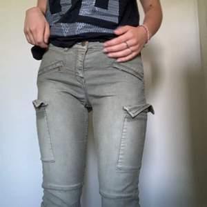gröna tighta jeans med fickor på låren. strl 36. fint skick. 35kr + frakt. priset kan diskuteras. står ej för postens slarv.
