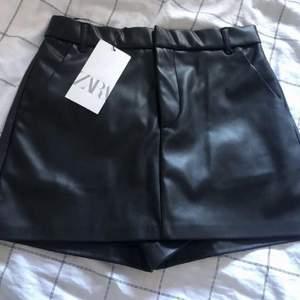 Ett par skitsnygga & sexiga skinn shorts från Zara. Säljs p.g.a för liten. Prislapp fortfarande kvar p.g.a testad bara 1 gång. Fick den i present. GRATIS FRAKT💗