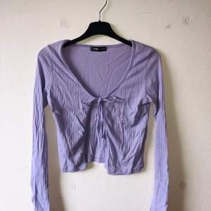 💜Pastel lila tröja som oxå används som kofta i storlek XS. Verkligen jätte fin t sommaren men den är tyvärr för liten för mig. Frakten är inkluderad i priset. Använder endast swish!💜