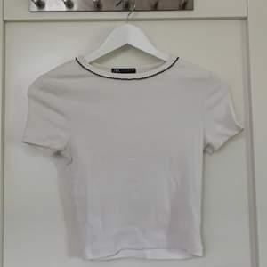 En jättefin vit t shirt med svart mönster runt halsen🤍 den är också ribbad, säljer den då den inte kommit till användning😝 den har inte använts ofta, köparen står för frakten🥰