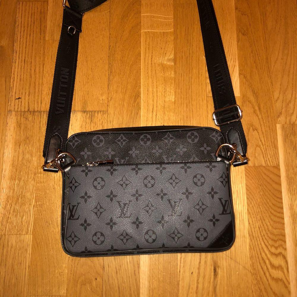 Louis vitton väska funkar både som Axel väska och en vanlig väska helt ny oanvänd, äkta läder, pris kan diskuteras kan även frakta men kunden får stå för frakt . Väskor.