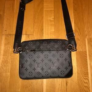 Louis vitton väska funkar både som Axel väska och en vanlig väska helt ny oanvänd, äkta läder, pris kan diskuteras kan även frakta men kunden får stå för frakt