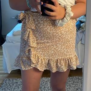 Säljer denna fina kjol då den är för liten och då inte kommer till nån användning. Använd kanske 3-4 gånger men är fortfarande som ny. Kjolen har en dragkedja i sidan så den sitter säkert.