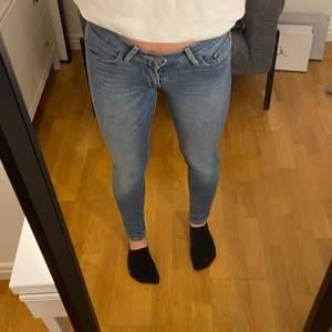 Säljer dessa drömmiga jeans från Levis! Dem är tajta och väldigt lågmidjad, går ca några cm nedanför naveln⚡️ Väldigt bra skick, köpta från Levis affär💕 Ordinarie pris: 1200kr!lagt bud är lagt, köparen står för frakten! 🌈