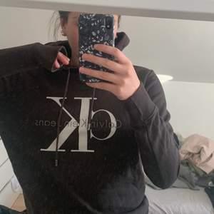Super fin hoodie från Calvin klein i stl xs men passar mig som brukar ha stl s. Oversized och super skön, använd fåtal gånger och är inte i ett urtvättatt skick. Tröjan är i en väldigt fin brun/grå färg och passar till mycket. Om ni är intresserade hör av er på pm, eller för fler bilder eller frågor. Nypris är 1100kr och mitt pris är 200+frakt.☺️