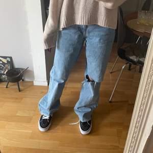 Säljer dessa zara jeans som är skit snygga men intekommer till användning jätte bra skick med hål i ens knät dessa jeans är sjukt trändiga❤️