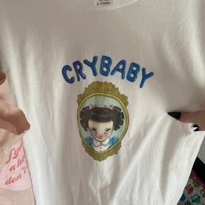 En plain vit tröja med crybaby på, storlek M och sitter bra på mig dom har M. Aldrig använd utan bara hängt i min garderob sen jag köpte den för ett tag sedan.