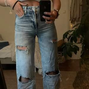 Säljer dessa fina byxor från Bershka då jag inte får någon användning av de alls, coola slitningar med en liten annorlunda tvätt🙌🏾❤️❤️ Fint skick!! Strl 34 men passar de som har 36 oxå!❤️Köpta för ca 350kr, du betalar frakt