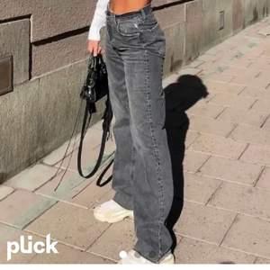 Säljer dessa Zara low waisted jeans vid bra bud! Har bara använt de 2 gånger och de är i fint skick. De kommer inte komma in igen i Zaras utbud och innan har de varit slutsålda. Jag har klippt de nertill så de passar 168 och kortare.