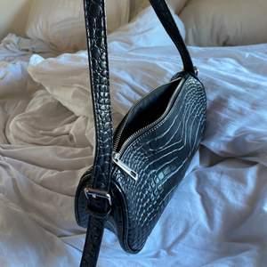 En väldigt fin och fräsch Axel väska från Nelly. Den har ett slags ormskin mönster, se bild. Bra kvalitet syns inte att den är använd. Köppte den för 300kr. Köparen står för frakt💕🌸