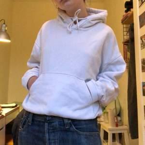 Vit klassisk hoodie grån weekday. Väldigt tjock material och bra kvalitet! Fin modell eftersom den går in lite vid midjan! 💞