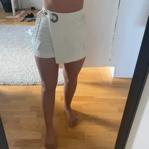 Säljer ett par shorts som ser ut som kjol framifrån. Nyskick, köpt för några år sedan. Buda💕