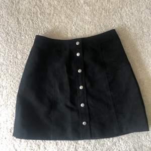 Svart kjol i mockaimitation, använda fåtal gånger. Storlek: 38 Köpare står för eventuell frakt<3