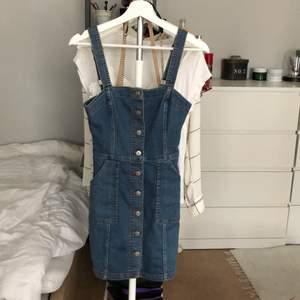 Hängselklänning från H&M divided