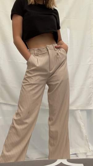 Supersnygga beiga byxor med svarta smala ränder. Köpta från nakd, har lagt upp den vid längderna. Är 162cm. ⚡️🌸💎