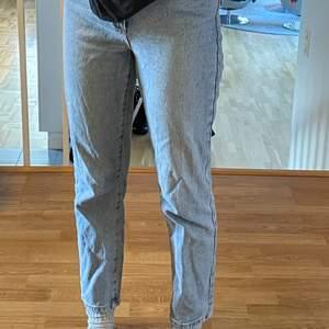 Jättesnygga ljusblåa högmidjade jeans från Abrand Jeans i modell '94 High Slim, storlek W27. Skulle säga att de passar bra på 36-38. Köpt i Australien och är i superbra skick! Kontakta för fler bilder, frågor eller vid intresse☺️ Frakt tillkommer!!