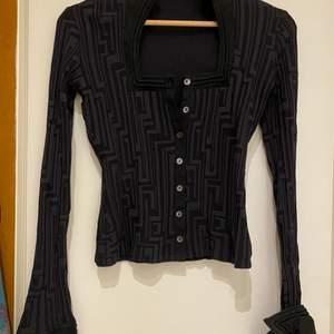 Fendi liknande mönster på tröjan. Den har oerhört fina detaljer, och sitter super bra. Kvaliten och materialet på tröjan är 10/10. Storleken är 38 står det på lappen men sitter tajt och fint på mig som har XS.