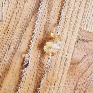 Halsband med kedja och kristaller avcitrin. Halsbandet är ca 19 cm långt och går att justera om man vill att det ska sitta lite tajtare.   Kedja och detaljer går att få i färgerna: silver, guld och rose.   Skickas i vadderat kuvert via postnord.