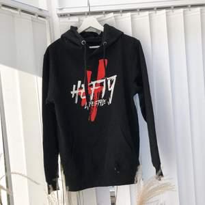 Svart hoodie med tryck! Endast testad 🤍