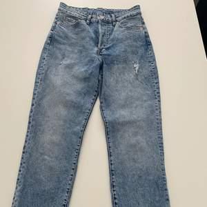 Blåa högmidiade mom jeans