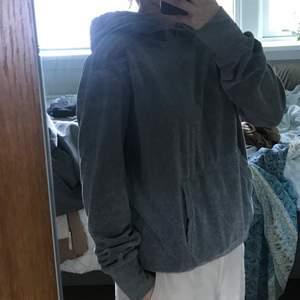 Skön hoodie, inte säker på varifrån. Materialet är i velour vilket gör den super mjuk.