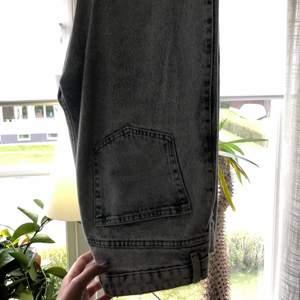 Säljer ljusblåa och svarta rowe weekday jeans storlek 28/32 då jag inte får användning av dem. Mitt pris är 200+80 kr frakt stycket 💞 orginalpris 500kr och dem är i nyskick.