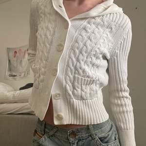 Stickad luvtröja med knappar från Calvin Klein. Min mammas från tidigt 2000-tal. Litet hål under vänster arm annars fint skick. Frakt tillkommer