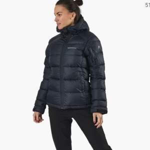 Säljer min peak jacka som är i den näst tjockaste modellen då den inte kommer till användning längre för jag har köpt en ny jacka. Den är i super fint skick, köpte den förra vintern så har inte hunnit använda den så mycket💕 nypris 3000!