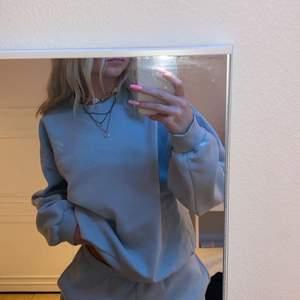 Ljusblå sweatshirt från Gina med litet tryck. Använd men i bra skick, säljer pga den ej kommer till användning.