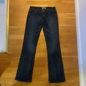 intressekoll på dessa lågmidjade vintage levis jeansen i modellen 572 bootcut. sitter supersnyggt på men tyvärr är de lite små för mig! skulle säga att de är mer av en w30. innerbenslängd 84cm midjemått 76cm