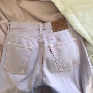världens finaste vintage levis jeans i modellen 501 dvs helt raka, så fin pastellila färg men de är tyvärr försmå för mig som brukar ha 38 i jeans. 💖 Storlek W29 L34 MIDJEMÅTT: 72cm INNERBENSLÄNGD: 83cm 🐳 finns några få defekter jag kan skicka bild på om det önskas men i helhet är dom i fint skick!