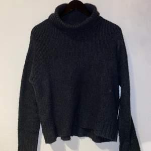 En supermysig stickad tröja som är i använt men fint skick, kommer tyvärr inte till användning längre, frakt är inräknat i priset🥰