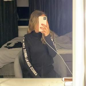 """En tröja från h&m där det stor """"sorry not sorry"""" jättehäftig!"""