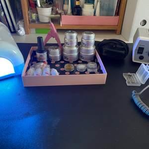 """Säljer allt för 1300kr. Köper man allt får man vissa produkter på köpet! (Kolla nedan under rubrik """"på köpet"""") Går även bra att köpa separat. Skriv privat för tydligare bilder💗  Ingår: Elektrisk nagelfil Uv lampa HILL 36W NG builder Clear Gel 30gr NG primer Gel 15gr NG Top Gel 30gr NG Light Milky Pink Gel 15 gr  NG UV/LES Soft White Gel 15gr NG Nagel Lim 3g 4-pack(ett lim är lite använt) Silver-white glitter 1,5mm Glamour Mix Glitter nr 13 Glamour Mix Glitter nr 14 556 Nude Flesh-NG LED/UV Soak Off Gel Polish 15ml  På köpet: Uv Gel Brush Kit-7 storlekar 2 övningsfinger 2 helt nya filer Dekoration till naglar"""