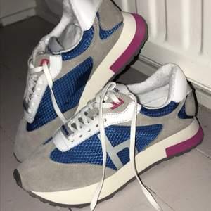 Helt nya Philip hog skor som e galet snygga! Säljer dem pga att jag fick dem i födelsedagspresent men var tyvärr för små!): Är i sko strl 36 men skulle säga att den sitter som en 34-35. Original pris 995kr