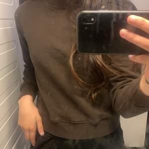 Säljer en vanlig helt basic tröja som e så fin men för liten ❤️den är från Nakd! Int tröjan som e smutsig utan spegeln !