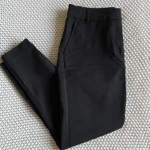 Svarta kostymbyxor från BikBok i storlek XS. Skulle säga att dom passar både XS och S beroende på hur man vill att dom sitter. Två sidfickor samt dragkedja nedtill vid benen. Riktigt snygg modell! 🌼🌱 Säljer för att dom är något för tighta på mig (är normalt en M). Använda men i fint skick. Köparen står för frakten! 🐚