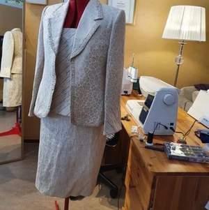 Tre plagg, kjol, linne och kavaj i samma färg. Helt ny aldrig använd ordinarie pris 1500 kr men säljer för 500kr (pris kan diskuteras såklart) kontakta mig för fler bilder